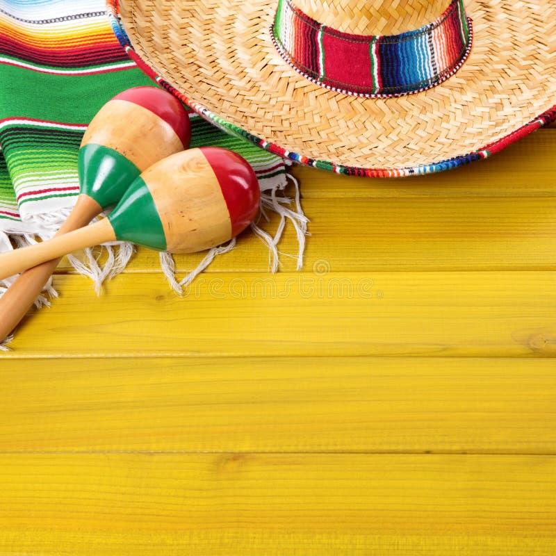Fundo da madeira da festa do de Mayo do cinco dos maracas do sombreiro de México imagens de stock