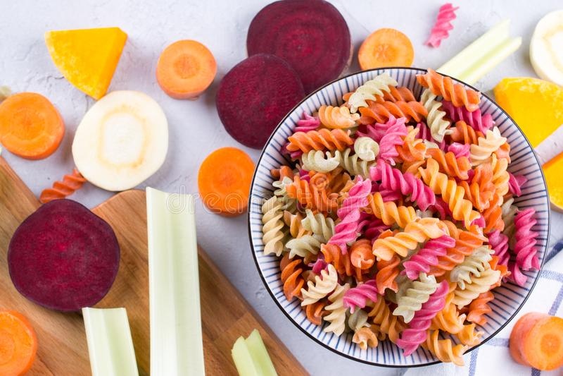 Fundo da massa seca colorida brilhante feita dos vegetais e de suas tinturas vegetais naturais imagem de stock