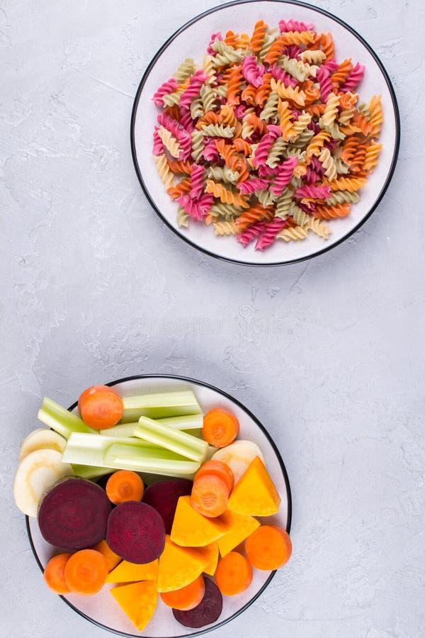 Fundo da massa seca colorida brilhante feita dos vegetais e de suas tinturas vegetais naturais aipo, beterraba, cenoura, abóbora, imagem de stock