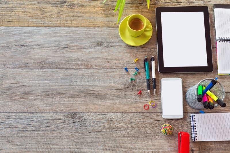 Fundo da mesa de escritório com tabuleta, o telefone esperto e a xícara de café Vista de cima com do espaço da cópia imagem de stock