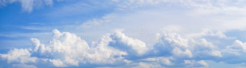 Fundo da natureza com c?u azul e as nuvens brancas fotografia de stock