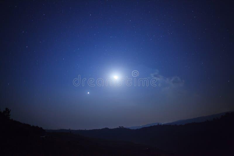 Fundo da natureza da noite, céu nebuloso com estrelas e luz de lua fotos de stock royalty free