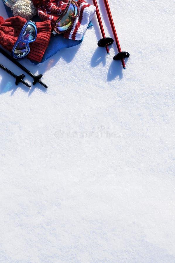 Fundo da neve do equipamento do esqui, conceito das férias do esqui, espaço branco da cópia, vertical foto de stock royalty free