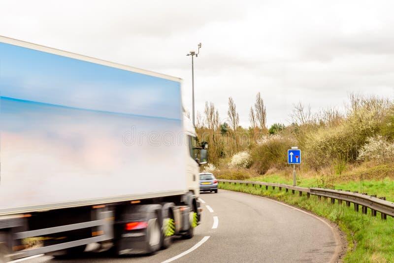Fundo da opinião do dia do sinal de estrada BRITÂNICO Lorry Truck da estrada imagem de stock royalty free