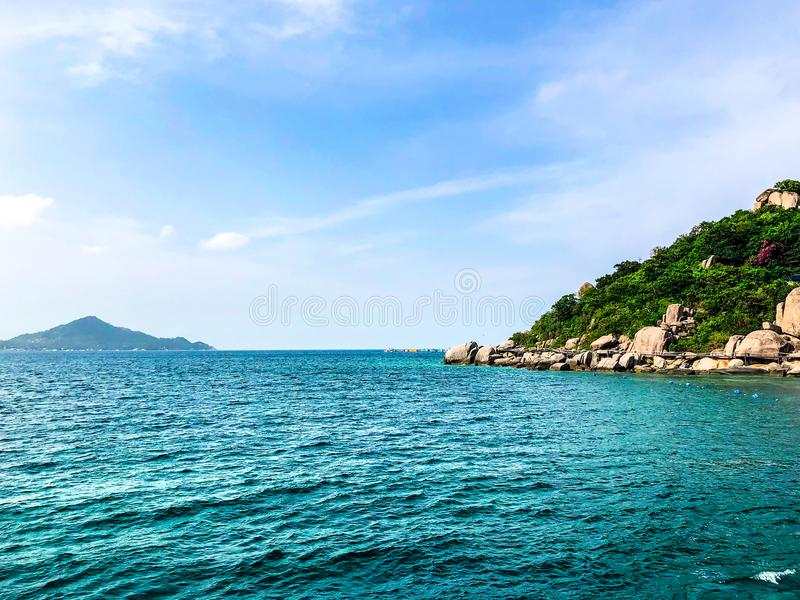 Fundo da opinião do mar no fundo claro do céu imagens de stock royalty free