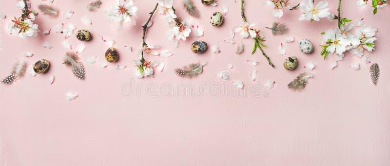Fundo da Páscoa com ovos, flores da amêndoa e penas, composição larga imagem de stock royalty free