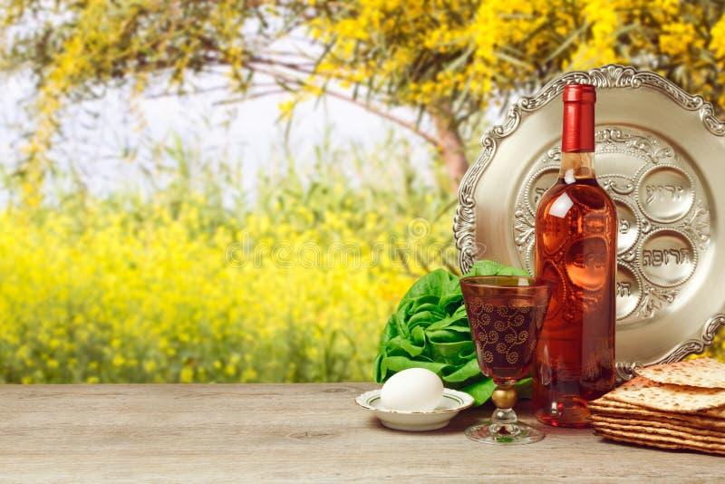 Fundo da páscoa judaica com garrafa de vinho e matzoh imagem de stock royalty free