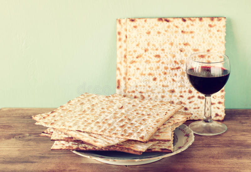 Fundo da páscoa judaica. vinho e matzoh (pão judaico do passover) sobre o fundo de madeira. fotografia de stock
