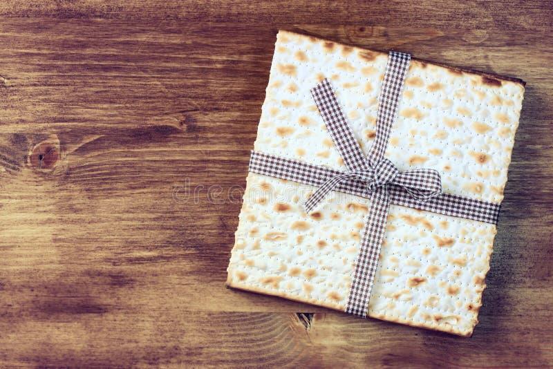 Fundo da páscoa judaica. vinho e matzoh (pão judaico do passover) sobre o fundo de madeira. imagens de stock royalty free