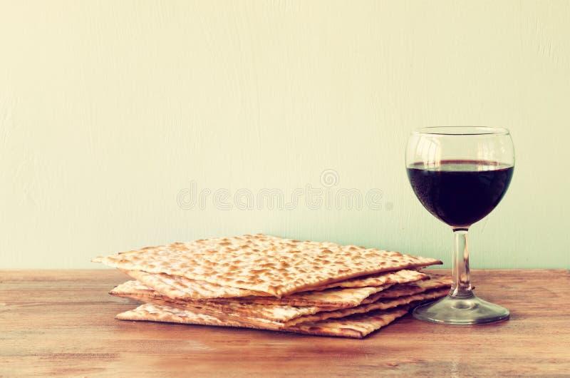 Fundo da páscoa judaica. vinho e matzoh (pão judaico do passover) sobre o fundo de madeira. imagens de stock