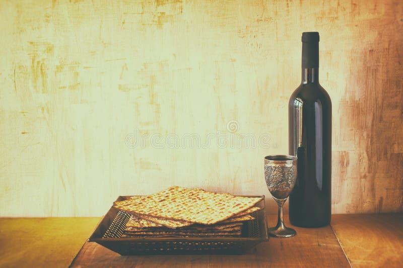 Fundo da páscoa judaica vinho e matzoh (pão judaico do passover) sobre o fundo de madeira imagens de stock