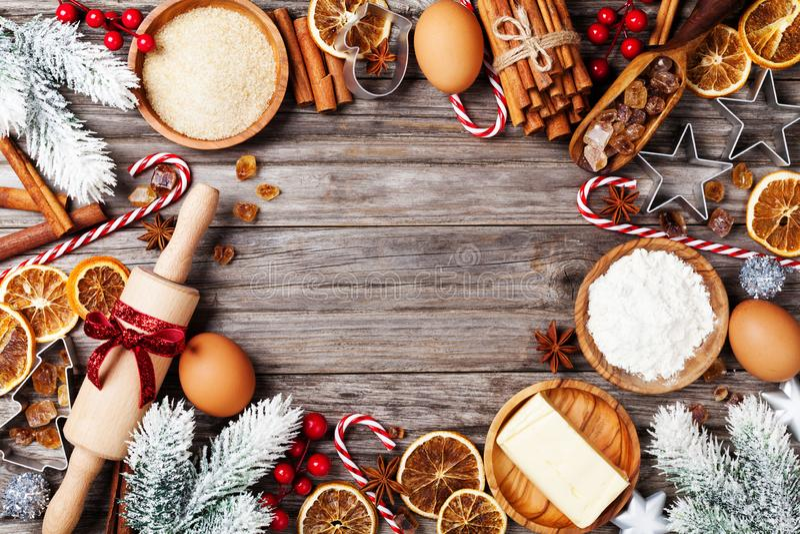 Fundo da padaria com os ingredientes para cozinhar o cozimento do Natal decorados com árvore de abeto Farinha, açúcar mascavado,  imagem de stock
