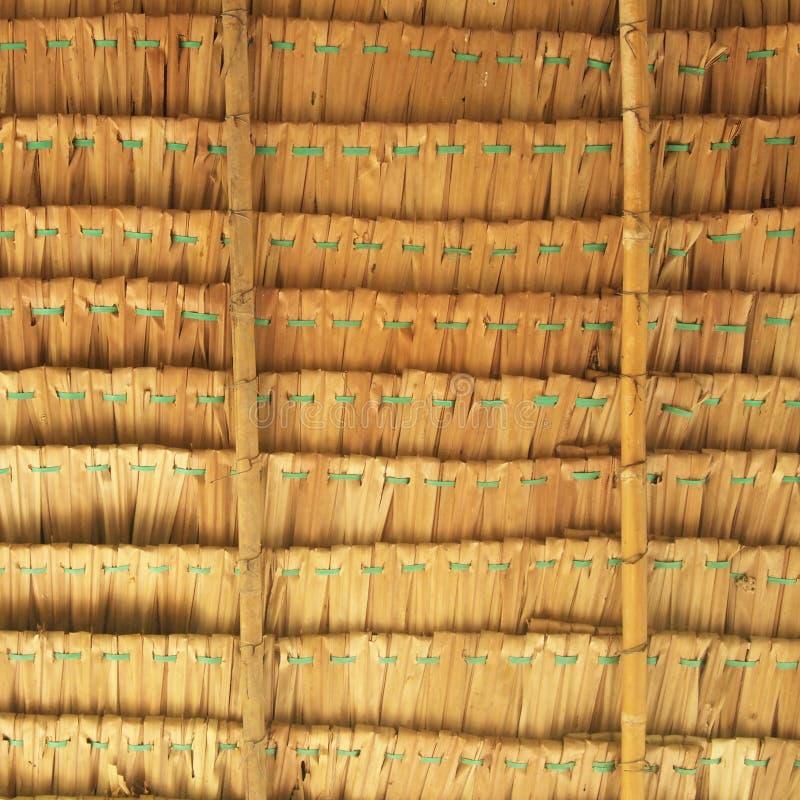 Fundo da palha A textura de cobre com sapê o telhado fotografia de stock