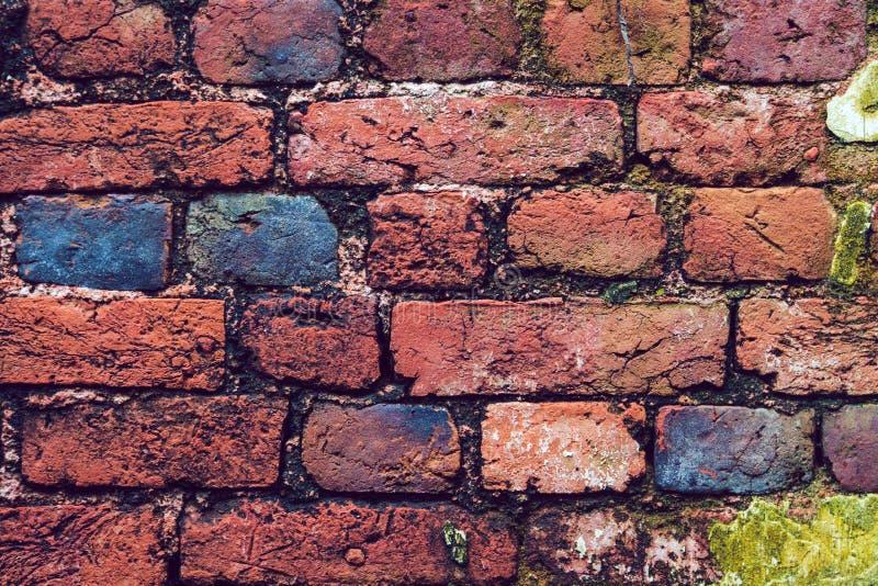 Fundo da parede de tijolo do vintage com os projetores na parede na forma do coração fotografia de stock