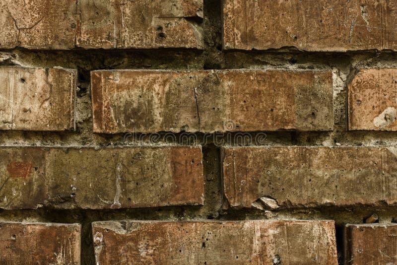 Fundo da parede de tijolo velha do vintage Textura antiga da cerca na cidade pequena fotos de stock