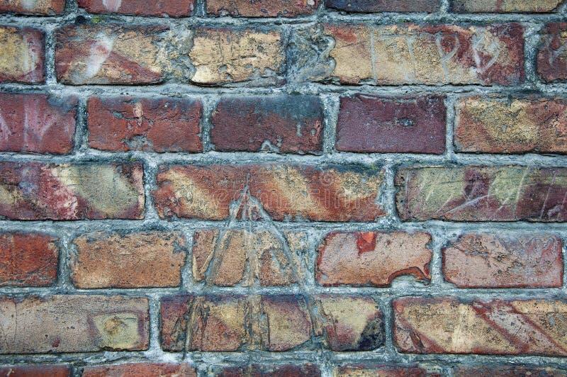 Fundo da parede dos tijolos velhos Quebras, dano, riscos em tijolos sujos fotos de stock