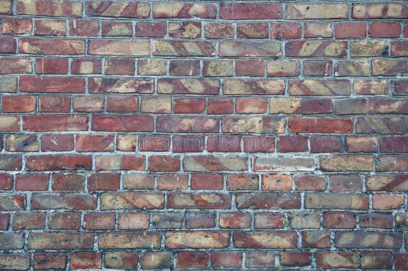 Fundo da parede dos tijolos velhos Quebras, dano, riscos em tijolos sujos foto de stock