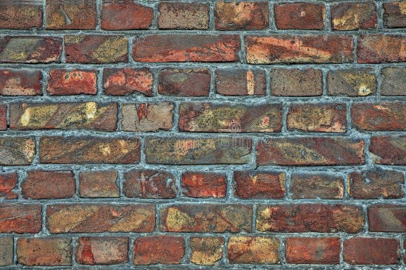 Fundo da parede dos tijolos velhos Quebras, dano, riscos em tijolos sujos imagens de stock royalty free