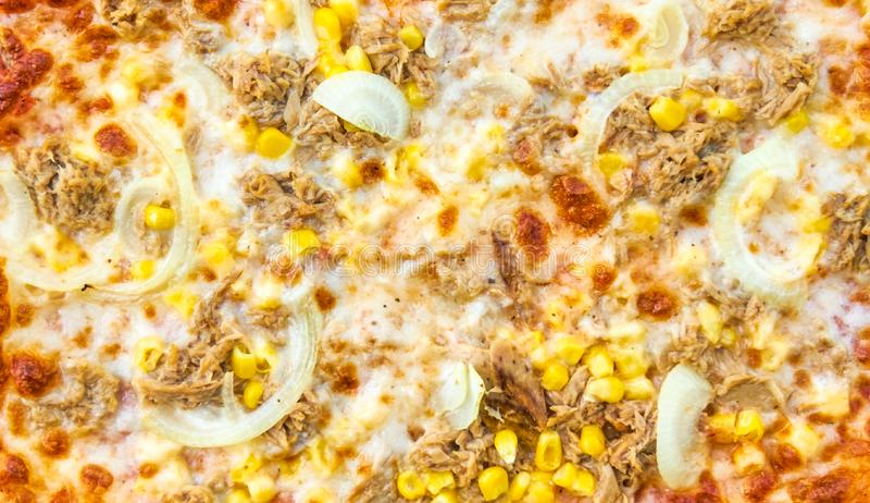 Fundo da pizza com salame, cebolas e milho imagens de stock royalty free
