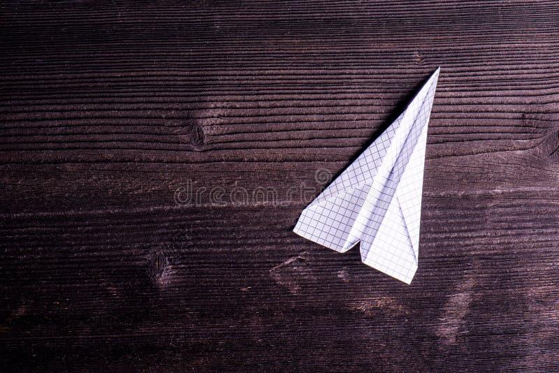 Fundo da placa de madeira, prancha textured, avião de papel, sp da cópia imagens de stock royalty free