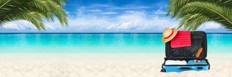 Fundo da praia da mala de viagem do paraíso fotografia de stock