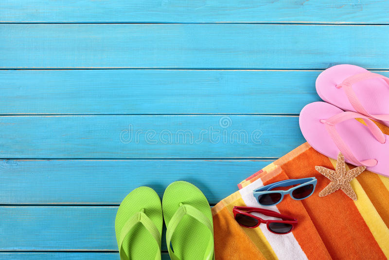 Fundo da praia do vaction do verão, falhanços de aleta, óculos de sol, espaço da cópia fotografia de stock royalty free