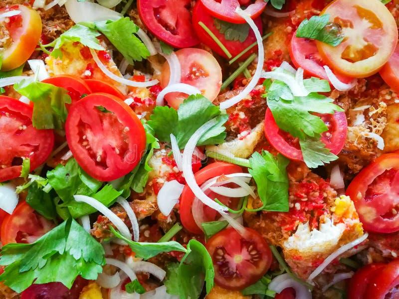 Fundo da salada do tomate/perto acima de aipo vegetal misturado da cebola do ovo frito e do tomate fresco imagem de stock
