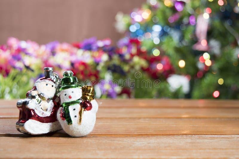 Fundo da tabela do fundo, do Natal do feriado do Natal com a árvore de Natal decorada e festões foto de stock