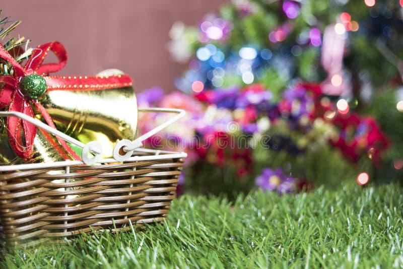 Fundo da tabela do fundo, do Natal do feriado do Natal com a árvore de Natal decorada e festões imagem de stock