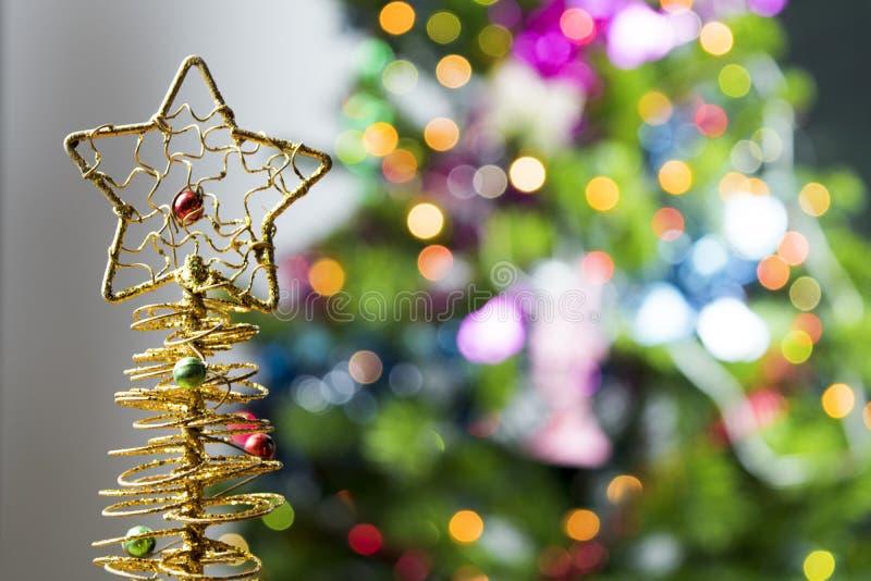 Fundo da tabela do fundo, do Natal do feriado do Natal com a árvore de Natal decorada e festões fotos de stock royalty free