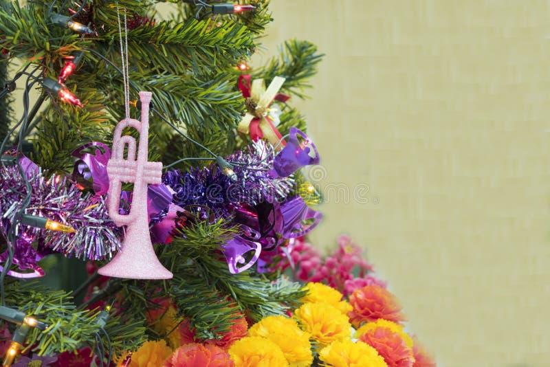 Fundo da tabela do fundo, do Natal do feriado do Natal com a árvore de Natal decorada e festões foto de stock royalty free