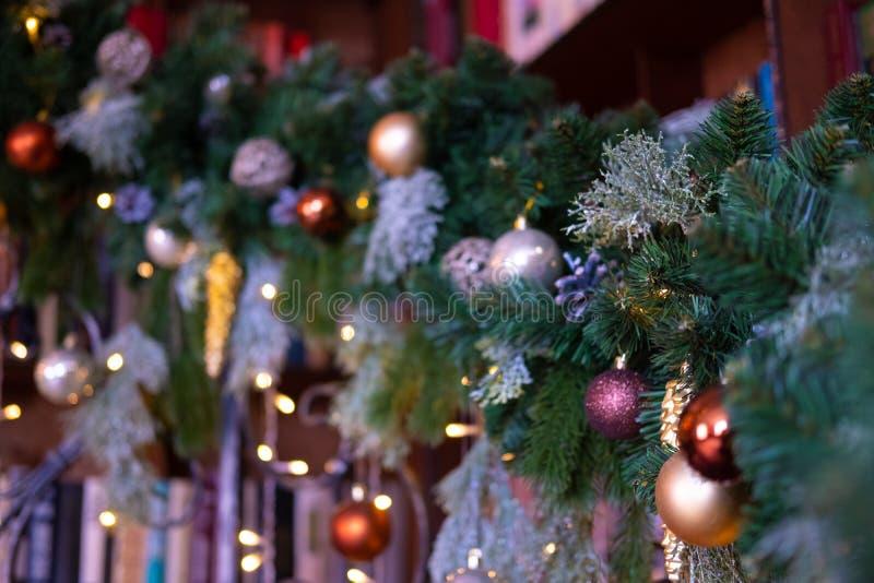 Fundo da tabela do fundo do Natal, do Natal com árvore de Natal e luzes das festões Quadro de ano novo para seu texto fotografia de stock royalty free