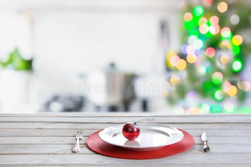 Fundo da tabela do Natal com a árvore de Natal na cozinha fora de foco Fundo para a exposição seus produtos fotografia de stock royalty free