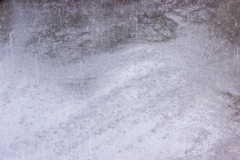 Fundo da terra asfaltada durante a chuva pesada fotografia de stock royalty free