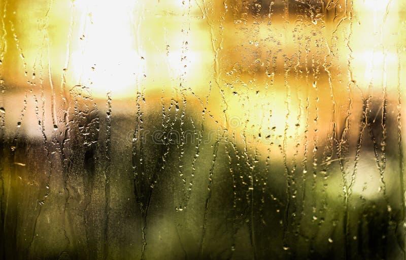 Fundo da textura da chuva com gotas da água na cor verde de vidro foto de stock royalty free