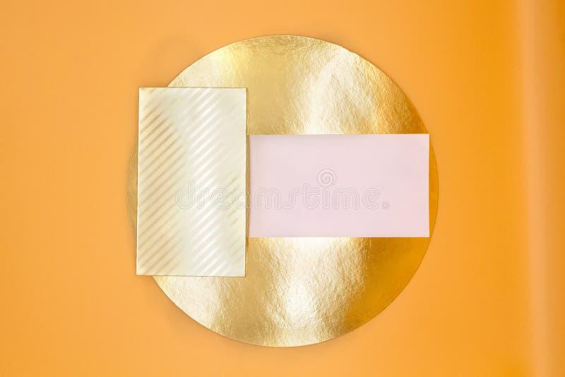 Fundo da textura de cores da forma: amarelo, dourado, laranja, contexto de papel colorido Os papéis geométricos do teste padrão c imagem de stock
