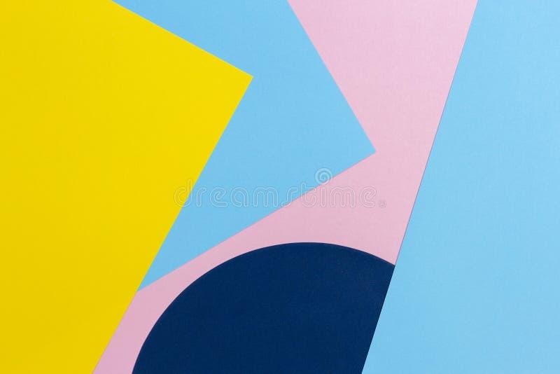 Fundo da textura de papéis da forma no estilo da geometria de memphis Amarelo, claro - cores cor-de-rosa azuis e pasteis imagem de stock royalty free