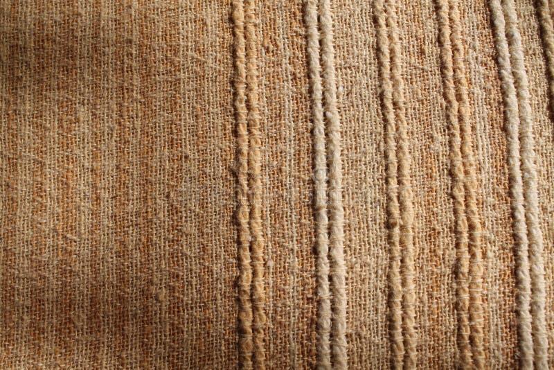 Fundo da textura do papel de parede da tela de seda no tom bege da cor da nata amarela pastel do sepia: Detalhe de seda cru natur fotografia de stock royalty free