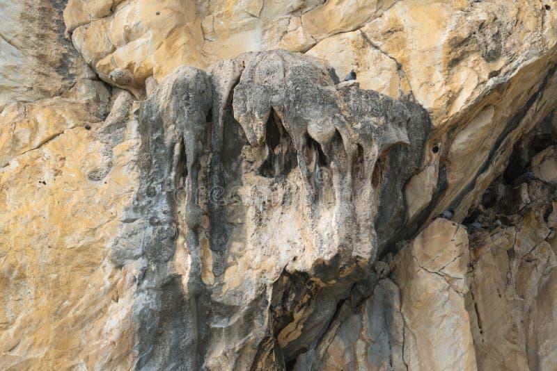Fundo da textura da montanha da rocha ou da pedra Estalagmite e stalac imagem de stock royalty free