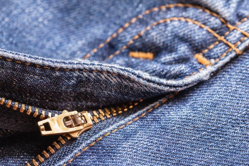 Fundo da textura da tela das calças de brim da sarja de Nimes com o zíper para a roupa, o projeto da forma e o conceito industria imagem de stock royalty free