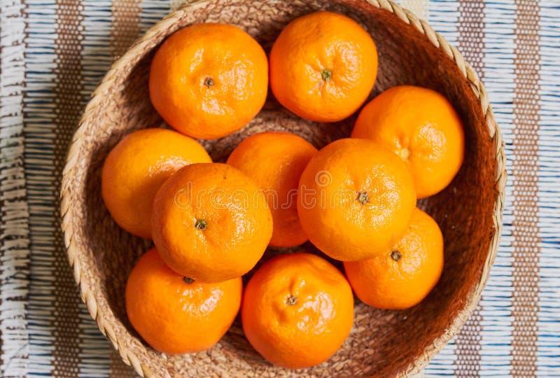 fundo da toalha de mesa do artesão da cesta da tangerina foto de stock royalty free