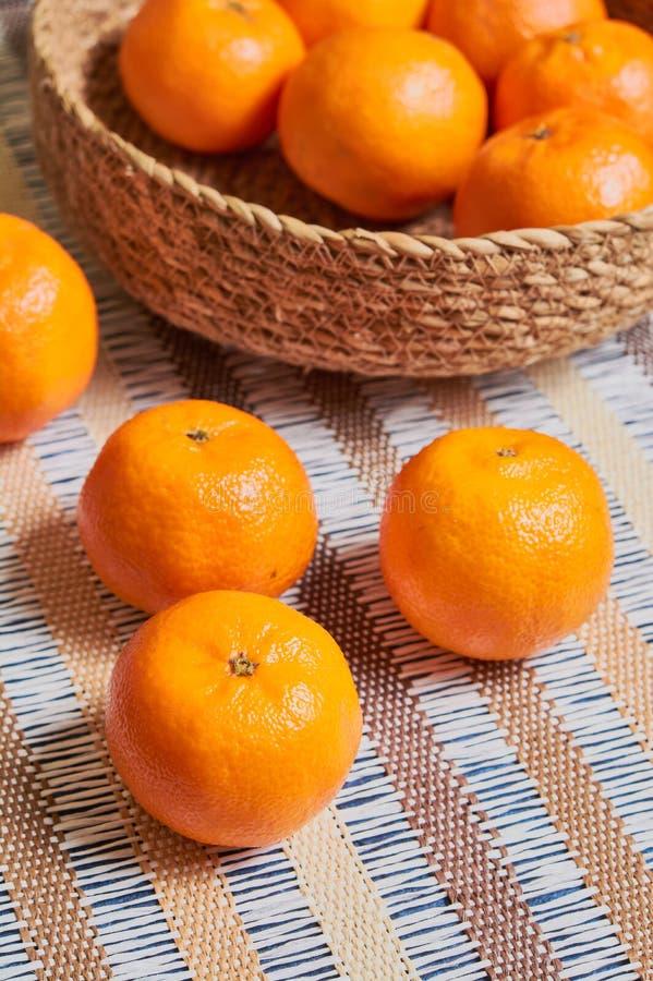 fundo da toalha de mesa do artesão da cesta da tangerina fotografia de stock royalty free