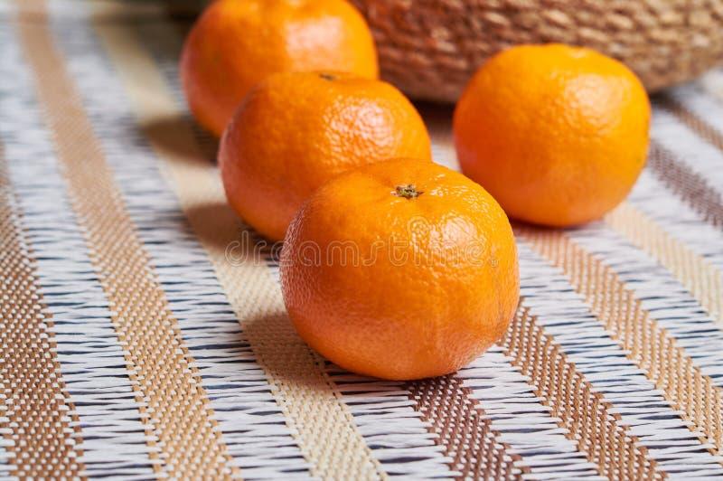 fundo da toalha de mesa do artesão da cesta da tangerina fotografia de stock
