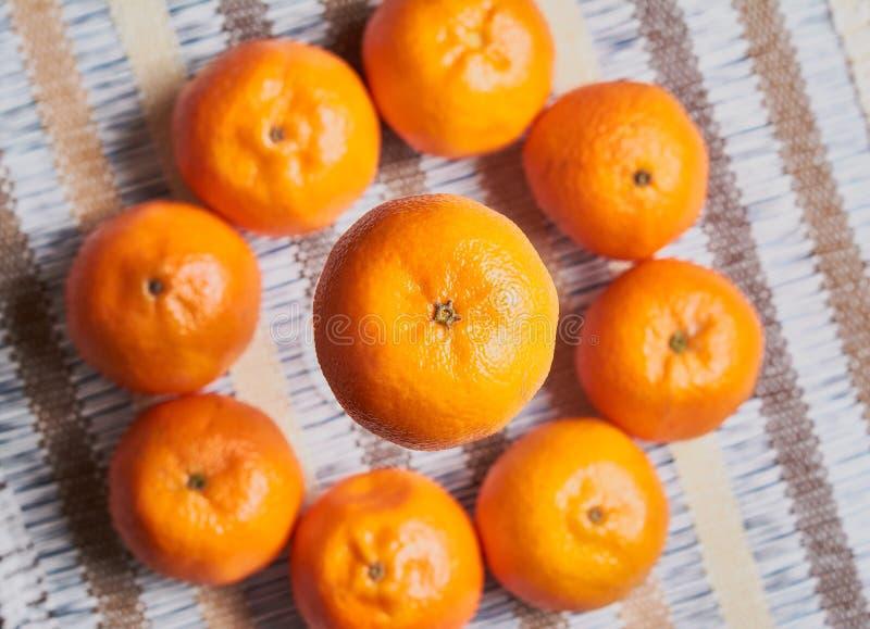 fundo da toalha de mesa do artesão da cesta da tangerina foto de stock