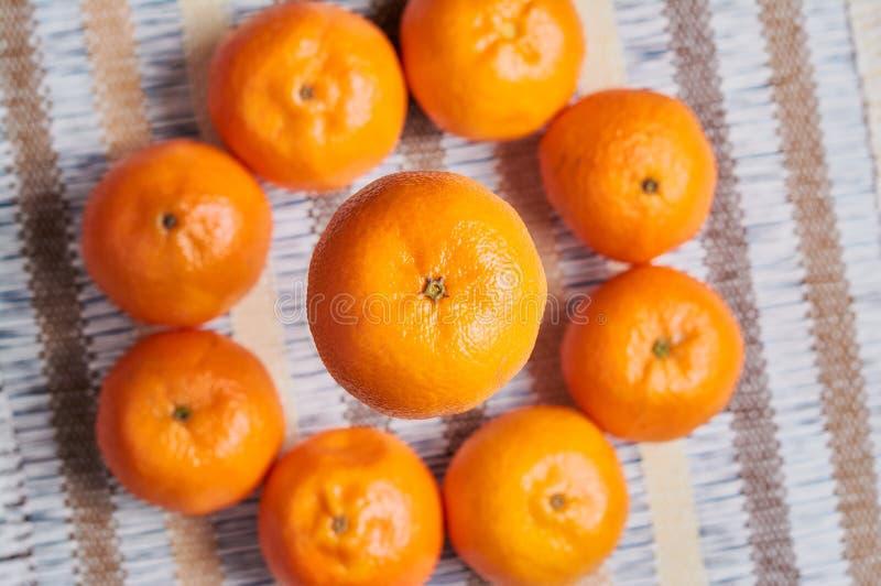fundo da toalha de mesa do artesão da cesta da tangerina imagens de stock