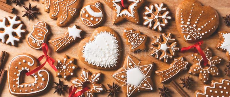Fundo das cookies do Natal do pão-de-espécie na textura de madeira marrom imagens de stock