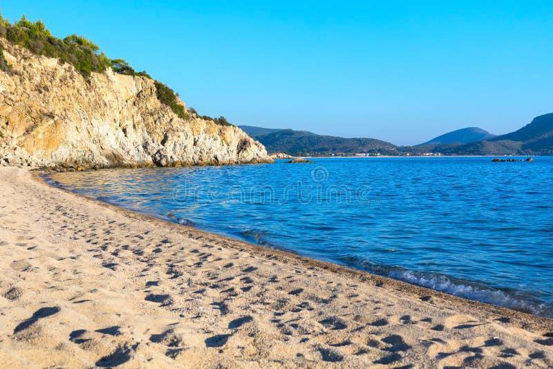 Fundo das férias com opinião aérea da água do mar e do Sandy Beach imagem de stock
