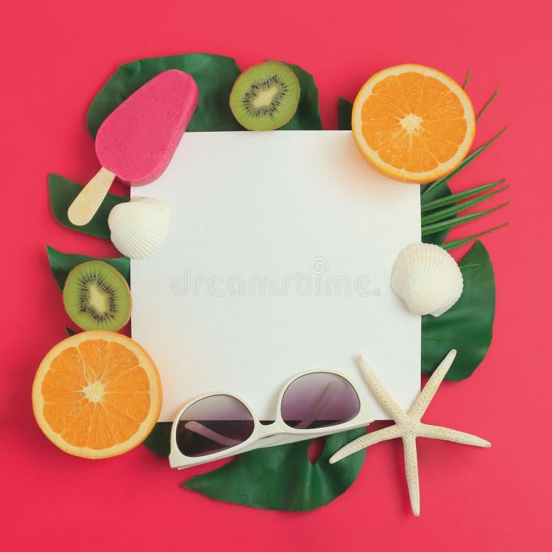 Fundo das férias de verão com gelado, folhas de palmeira, frutos, óculos de sol e conchas do mar imagem de stock