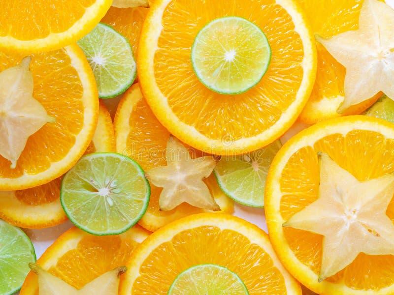 Fundo das fatias das citrinas Contexto abstrato com fatias de estrelas do cal, da laranja e do carambola Close up e textura, vist imagem de stock royalty free