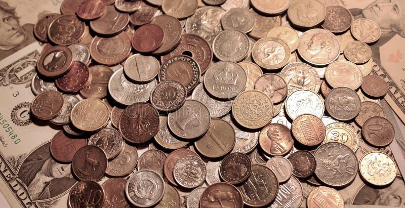 Fundo das moedas que encontram-se nas cédulas de papel do Estados Unidos foto de stock royalty free
